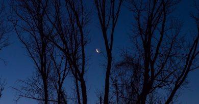 La Luna menguante captada al amanecer en Middletown, Nueva Jersey