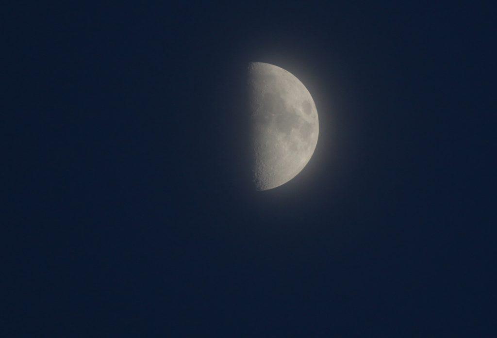 La Luna en fase cuarto creciente captada desde Arenys de ...